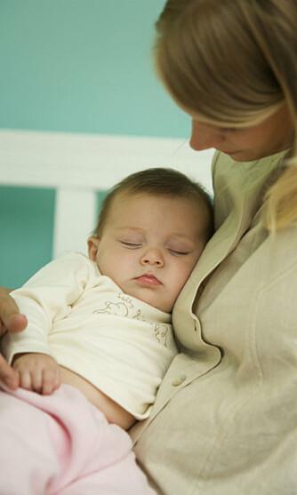 BARE I BEGYNNELSEN: De første månedene trenger spedbarnet mye kos, nærhet og trøst. Da er det like greit å glemme den vanlige døgnrytmen og følge barnet.