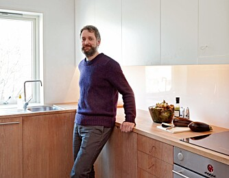 ARKITEKT PÅ HJEMMEBANE: Søren Sandved har sammen med sine kone Karen Marie Ilstad og hennes bror Hans Petter Ilstad spesialtilpasset et kjøkken på 8 kvadratmeter.