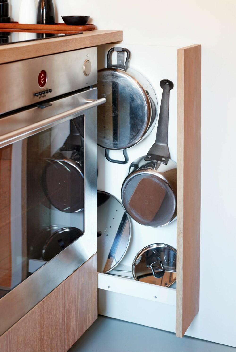 UTNYTTET HULROM: De knappe ti centimetrene til høyre for komfyren er utnyttet til oppbevaring av stekepanner og grunne gryter.