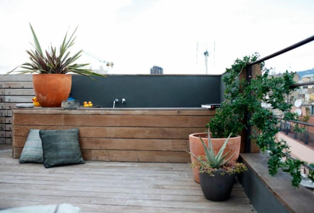 STOR TERASSE: Terassen er større enn selve leiligheten og fungerer som ekstra oppholdsrom.