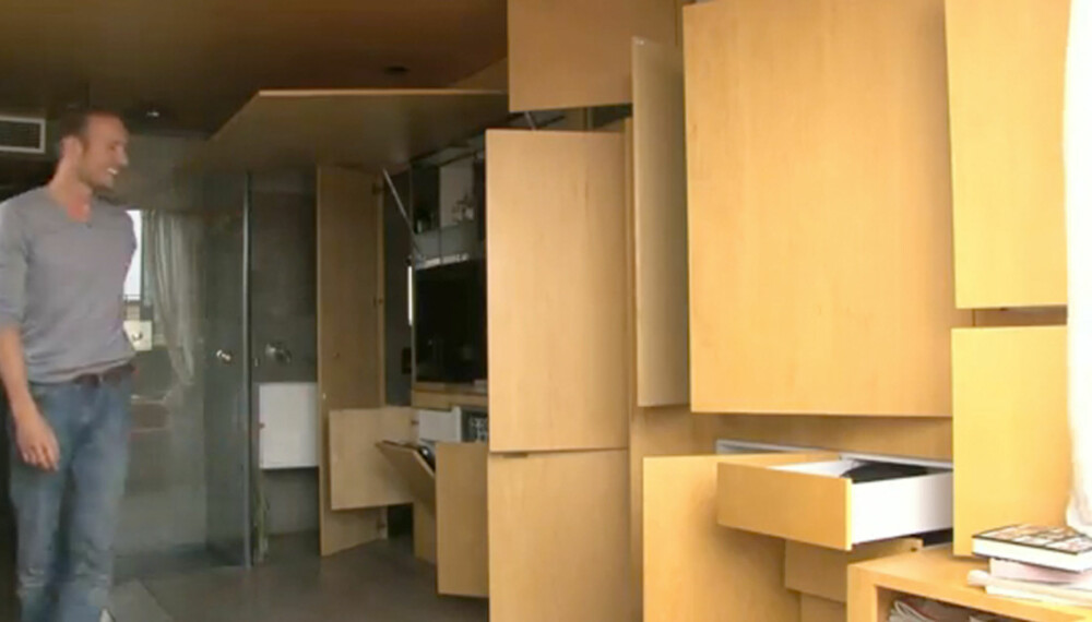 HER BOR JEG: Alle rommene i denne mini-leiligheten må brettes ut før de kan brukes.