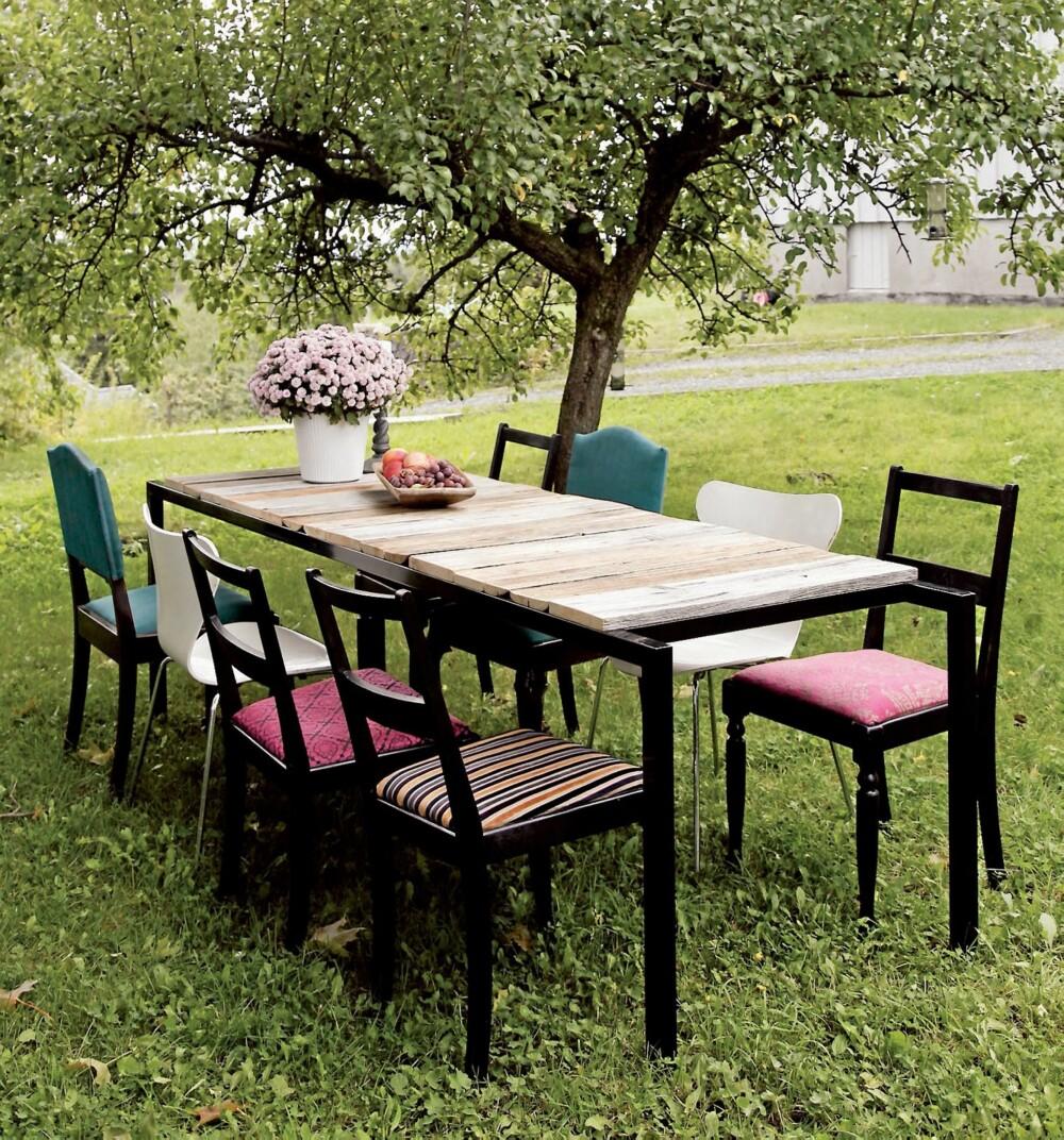 FARGERIKT TILBEHØR: Interiøreksperter spår at fargene kommer for fullt i år. Det er også mulig å kaste seg på trenden ved å velge fargerikt tilbehør. Dette bordet er laget av gamle materialer, som også er en stor trend nå. Fra drivved.no, kr 11 500.
