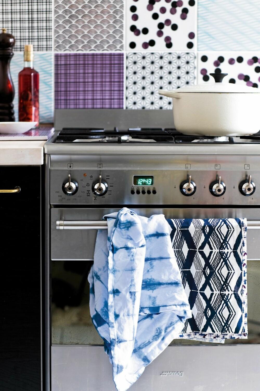 BATIKK PÅ DETALJER: Lag dine egne, tøffe kjøkkenhåndklær. Her er det brukt stripeteknikk og blå batikkfarge på hvite kjøkkenhåndklær fra Panduro Hobby.