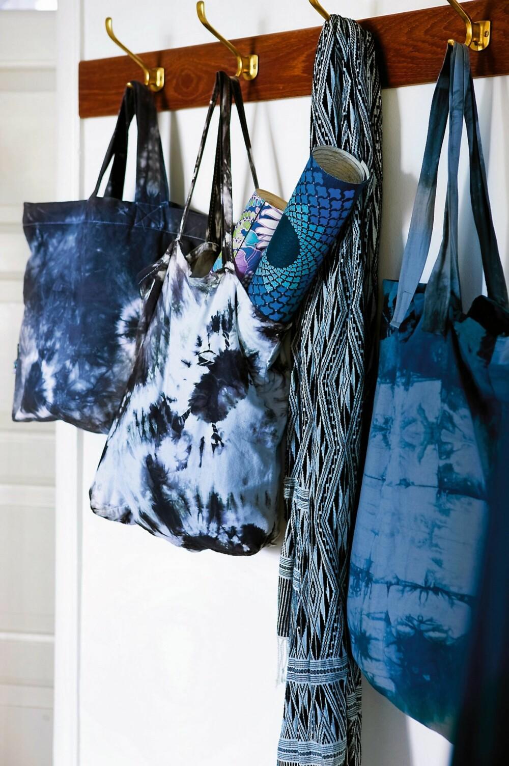 FIFFIGE HANDLENETT: Handlenettene i batikk er praktiske til innkjøp, men også fine til pynt. Her har vi laget et i hver sin teknikk: ring-, vri- og firkantteknikk.