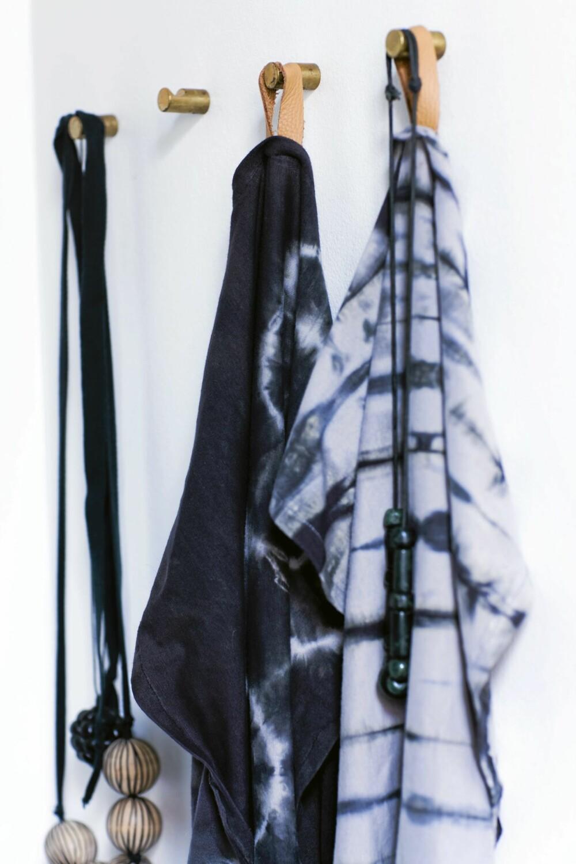 BOMMULSSHÅNDKLÆR: Lag batikkmønstre på hvite bomullshåndklær. Her er det brukt sirkel- og stripeteknikk. Til slutt har håndklærne fått en lærsnor som hank.