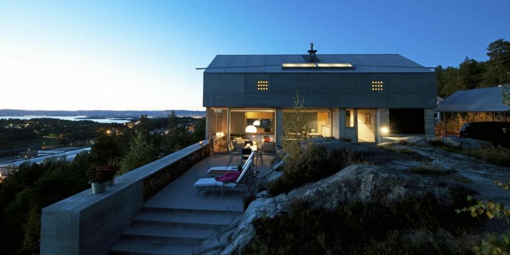 HUS OG UTEPLASS I SÆRKLASSE: Den kompromissløst moderne eneboligen er tegnet av professor, arkitekt Knut Hjeltnes. Måten berget er bevart og stuen fortsetter sømløst ut på terrassen gjør dette til et helt spesielt sted.