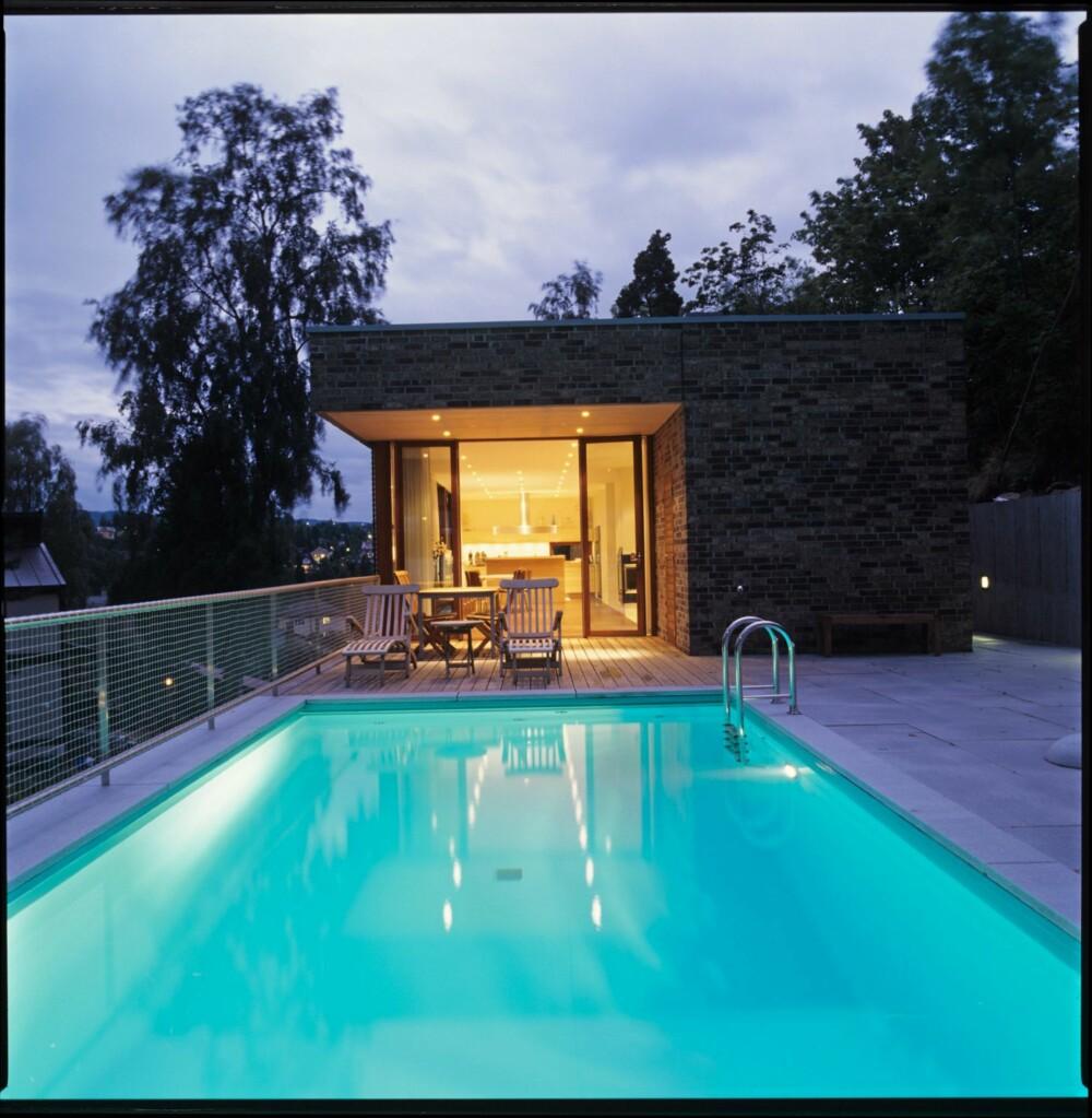 EN STRAM HELHET: Arkitekt Nicolai Riise i MAD arktekter tegnet dette renlinjete huset med ditto uterom. Se hvordan terrasse og basseng flyter innover, langsetter den bratte skråningen.