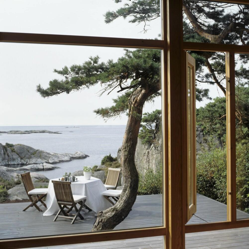 UTEPLASS MED UTSIKT: Fra stuen ser du også hvilken enorm virkning uteplassen har i hytta tegnet av arkitekt Brit S. Bødktker