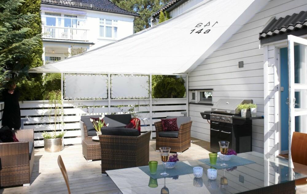 FLEKSIBEL SKJERMING: Interiørarkitekten utrustet terrassen rett utenfor stua med flere typer solseil.