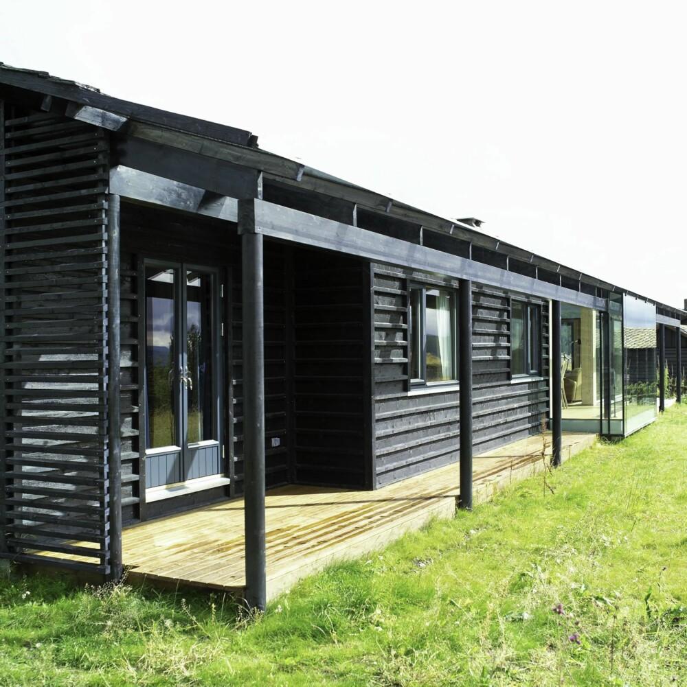 EN MODERNE SVALGANG UTEPLASS: Arkitekt Kim Skaara tegnet hytta med en delvis innglasset svalgang. Den likner den i gamle norske tømmerbygninger, men den slipper inn mer lys.
