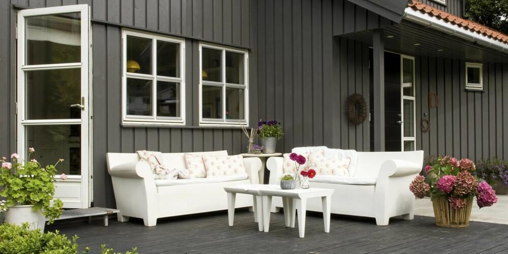 PLASTSOFAER PÅ TREPLATTING: De hvite sofaene er designet av designerkongen Philippe Starck, og trenger minimalt vedlikehold.