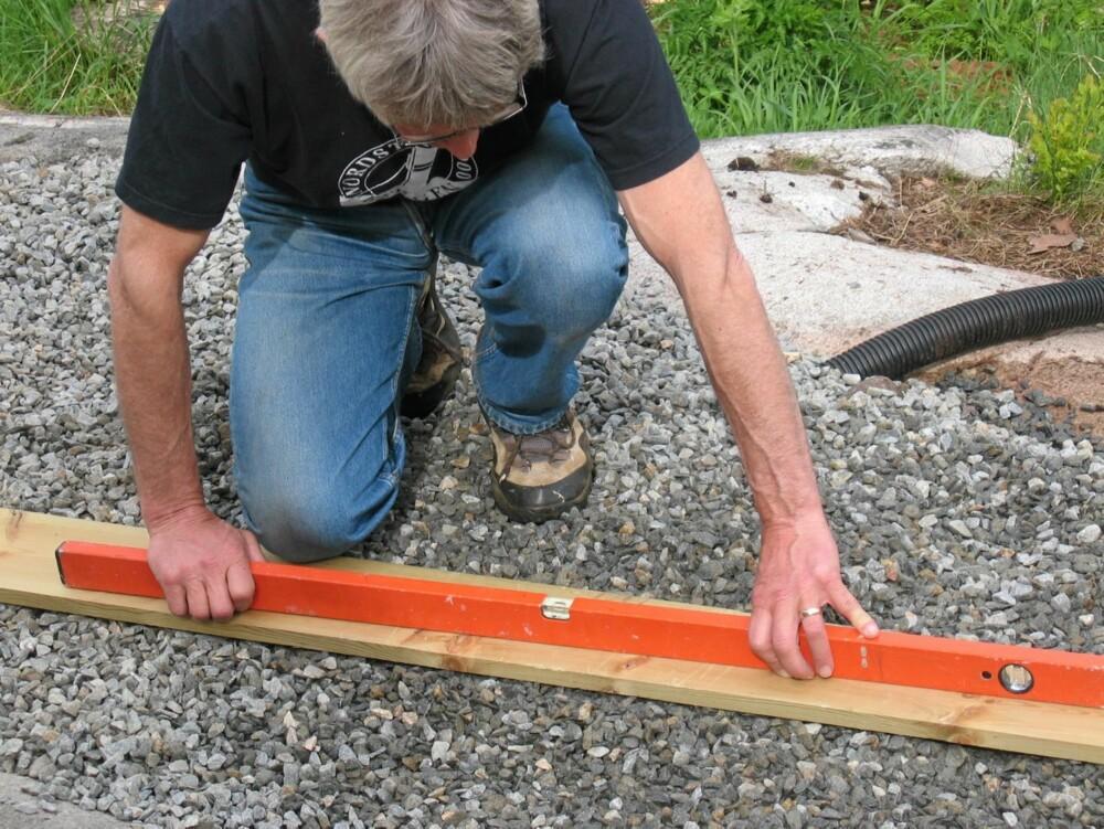 BRUK LANGT VATER : Bruk vateret flittig, uansett om det gjelder terrasse på terrenget, som her, eller en frittbærende trekonstruksjon. Det er umulig å få gulvet 100 % rett, men jo mer nøye du er underveis, desto nærmere kommer du 100 %.