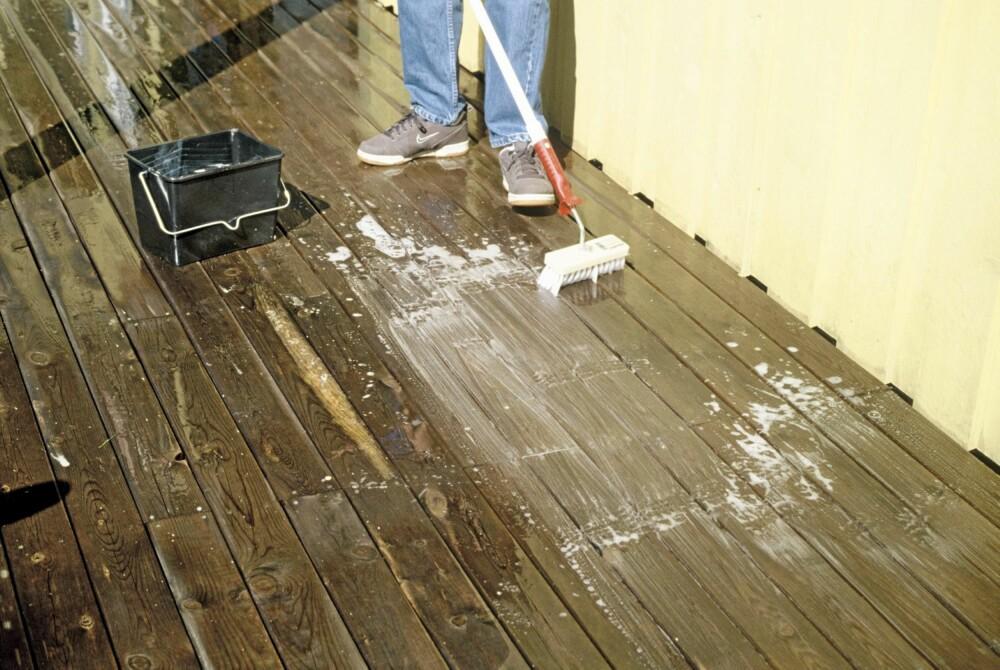 SÅPE: Påføring av et soppdrepende såpemiddel kan være fornuftig dersom terrassen har fått en skittengrå farge gjennom vinteren.