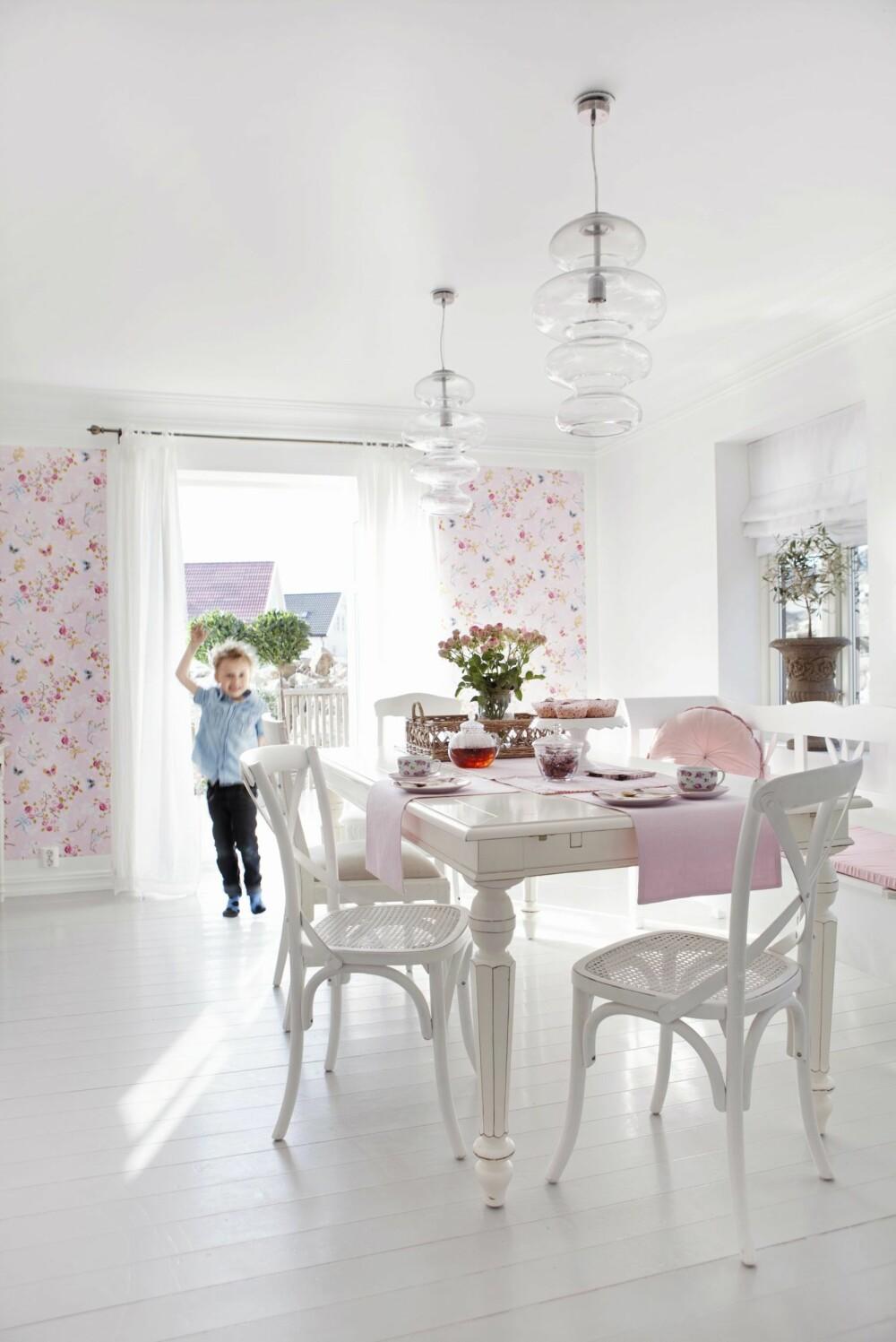 KJØKKENET: Kjøkkenet vender ut motterrasse på baksiden av huset. Noa på fem er glad i mammas gjærbakst. Bordet er fra Bohus, mens stolene er en samling forskjellige. Tapetet er et Pip-tapet fra Eijffinger.