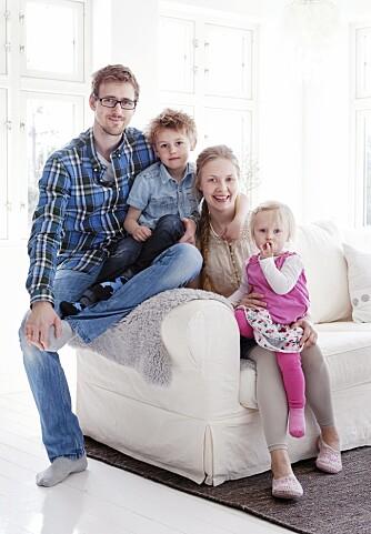 FAMILIELYKKE: Her er Noa, Rosa, mamma og pappa samlet i stuen.