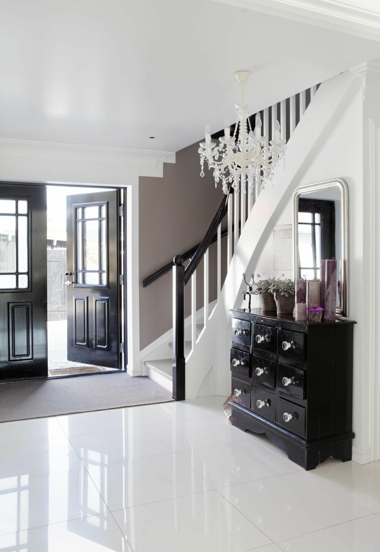 Hallen: I gangen gjør svarte detaljer hele forskjellen, og sørger for godt samspill med inngangsdøren. En kommode fra Nordal er malt svart og har fått nye knotter.