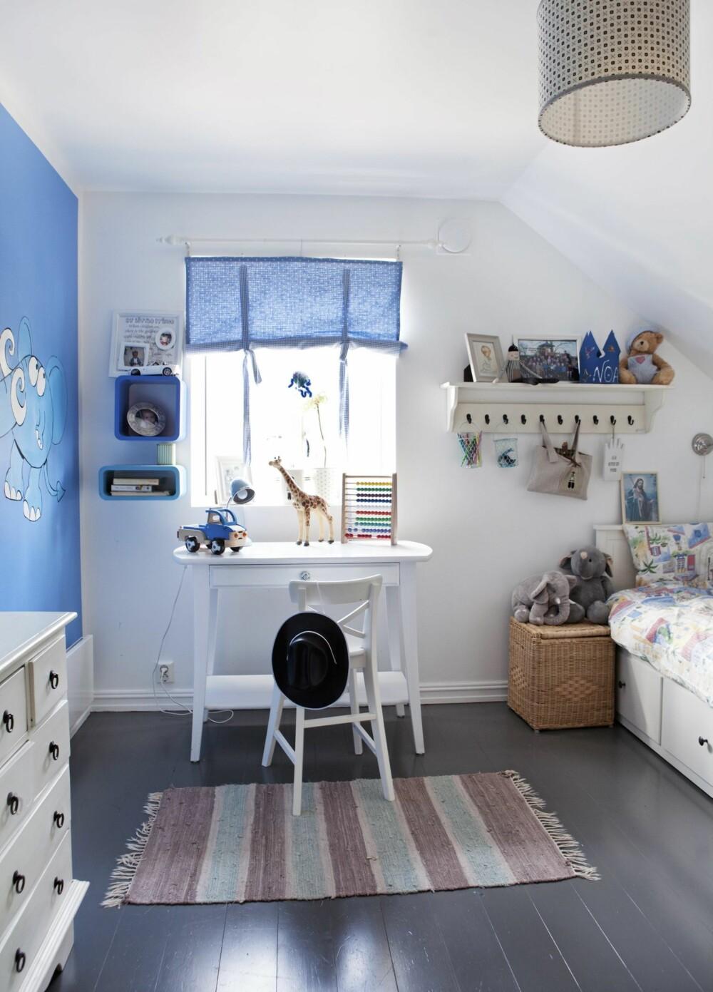 PRINSEROM: Noas rom er innredet i blått og hvitt. Han er spesielt stolt av elefanten som er malt på veggen.