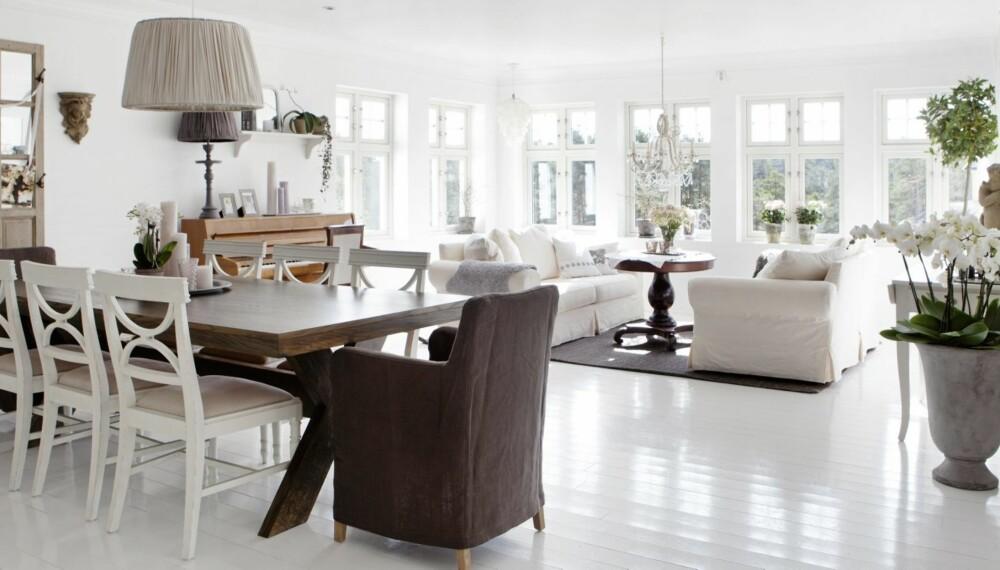STUEN: I stuen er vegger og tak malt hvitt for å reflektere mest mulig lys. Sofagruppen fra Skeidar står i fare for å bli byttet ut, nå som Maria har vunnet penger til fornyelse. Spisestuebordet er laget på mål av en møbelsnekker, mens stolene er fra Home & Cottage, og lampen fra Tine K Home.