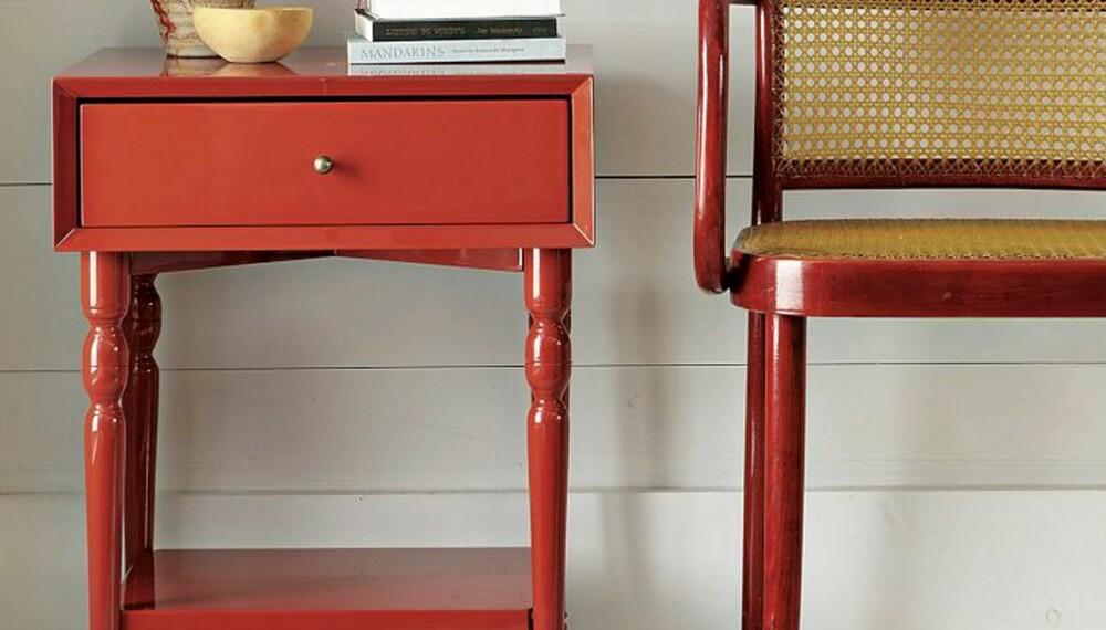 TRENDFARGE: Bord og stol i tidsriktig rødt fra West Elm.