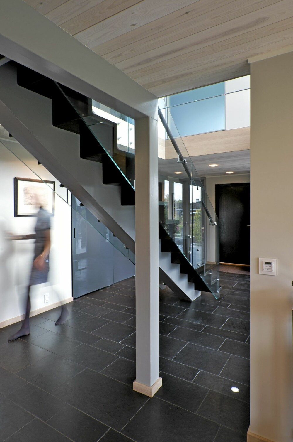 HØYREIST: I første etasje ser vi hvordan trappa med en midtstilt vange er konstruert. Mørk Pillarguri skifer på gulvet.