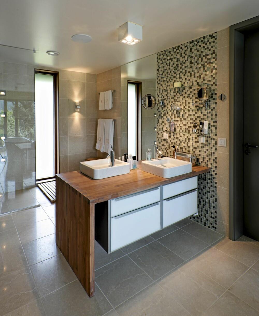 FRA TO KANTER: Store vinduer til begge sider slipper dagslyset inn i hele baderommet.