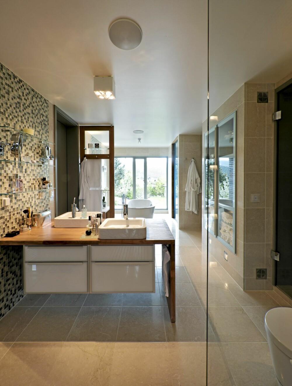 ET GJENNOMTENKT INTERIØR: Dette er et rom preget av en enkel og ren innredning, og et sofistikert lyssystem.
