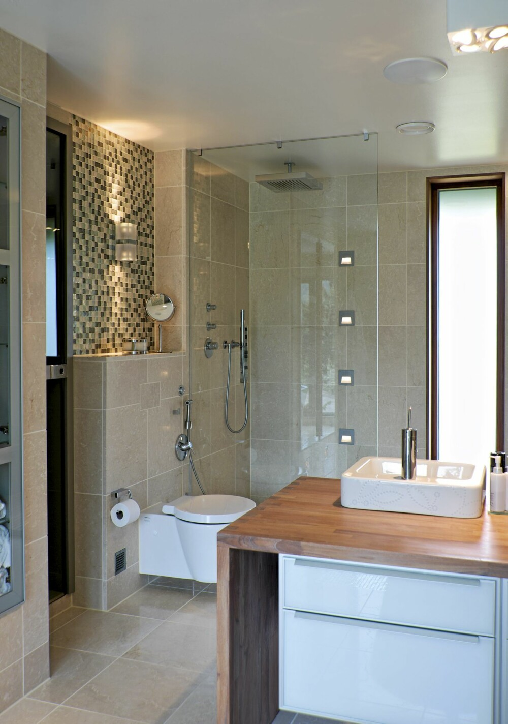 DELIKAT: Med såpebehandlet eik og skinnende glassmosaikk fremheves det hvite, blanke porselenet.