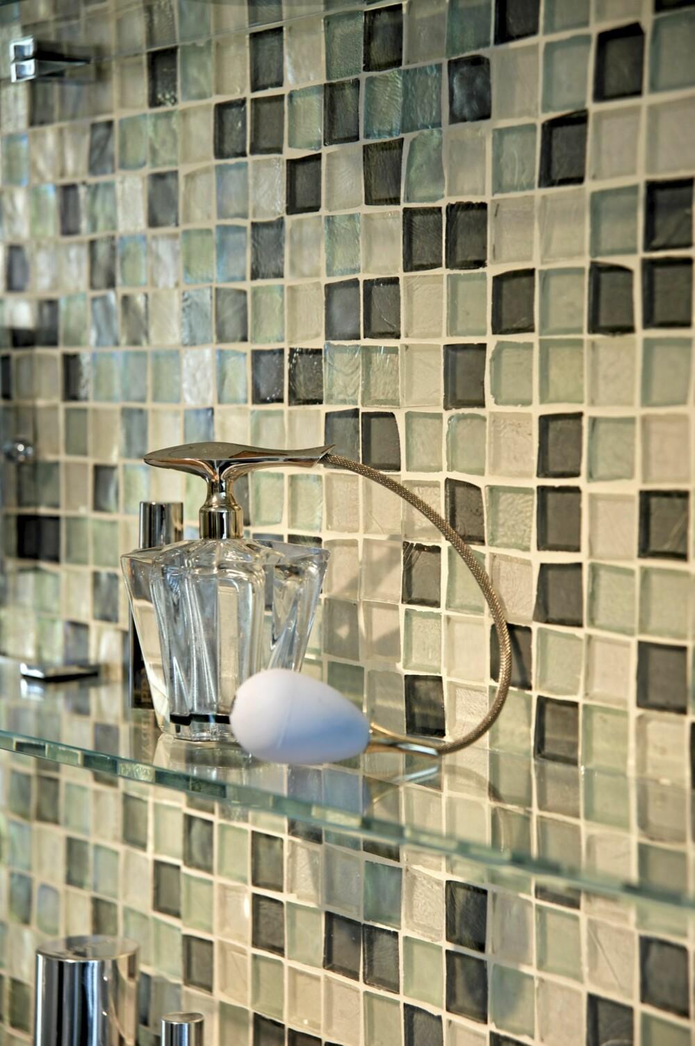 ELEGANT: Glassmosiakkfliser i store felt har en sterk, dekorativ virkning.