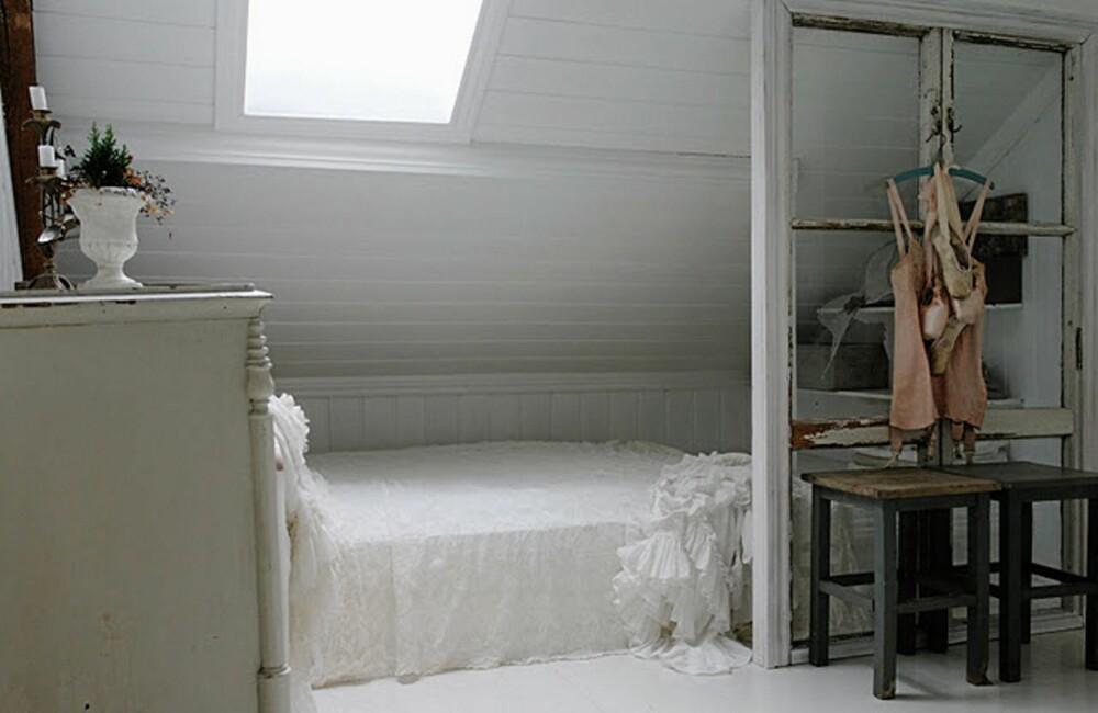 LYST OG LETT: Vinduet i taket slipper sollyset rett ned på sengen, og gir  Hanne en frisk start på dagen. Legg merke til det gamle vinduet som nå har blitt skillevegg.