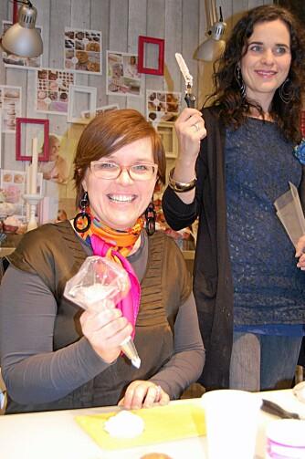 FORNØYDE: Redaksjonssjef Eva og redigerer Gunhild storkoser seg med pyntingen.
