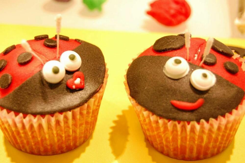 INSEKTPYNT: BoligDrøms redaksjonssjef Eva og redigerer Gunhild pyntet sine cupcakes som marihøner.