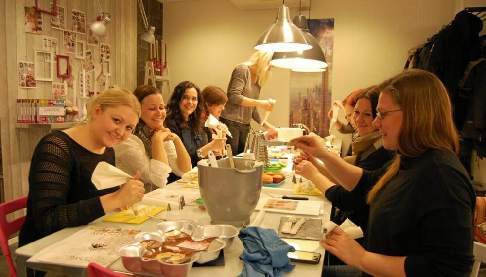 HELDIGE VINNERE: Ti lesere fikk være med BoligDrøm på cupcakekurs. Fra venstre: Camilla, Sunniva, redigerer Gunhild, redaksjonssjef Eva, Celine, Rakel, Britt og Pernille.
