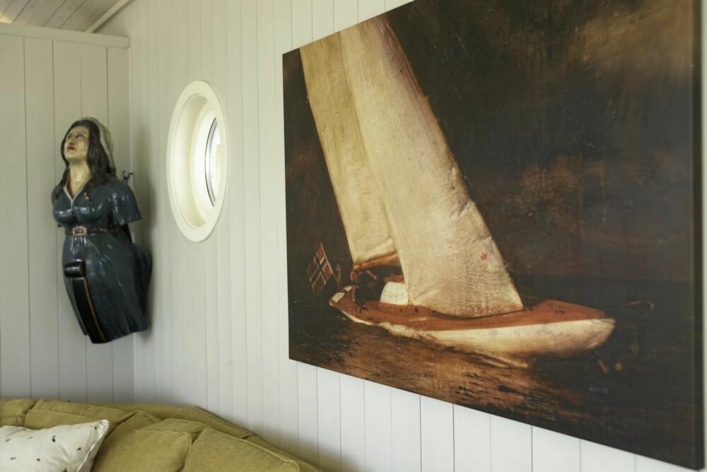 SJØLIV INNE OGSÅ: Hytteeierne elsker båtlivet og hytta preges derfor av en rekke maritime interiørinnslag. Dette bildet er signert Per Fronth.