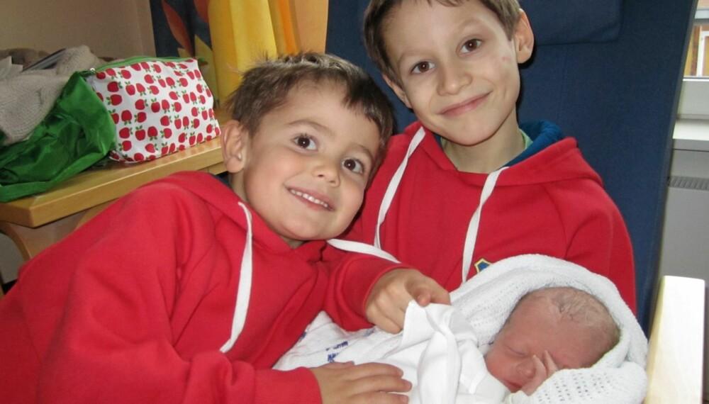 EKSOTISKE NAVN: Anton Manoa og Edvard Ikaika viser stolt frem sin nyfødte  lillebror Olaf Kekoa.