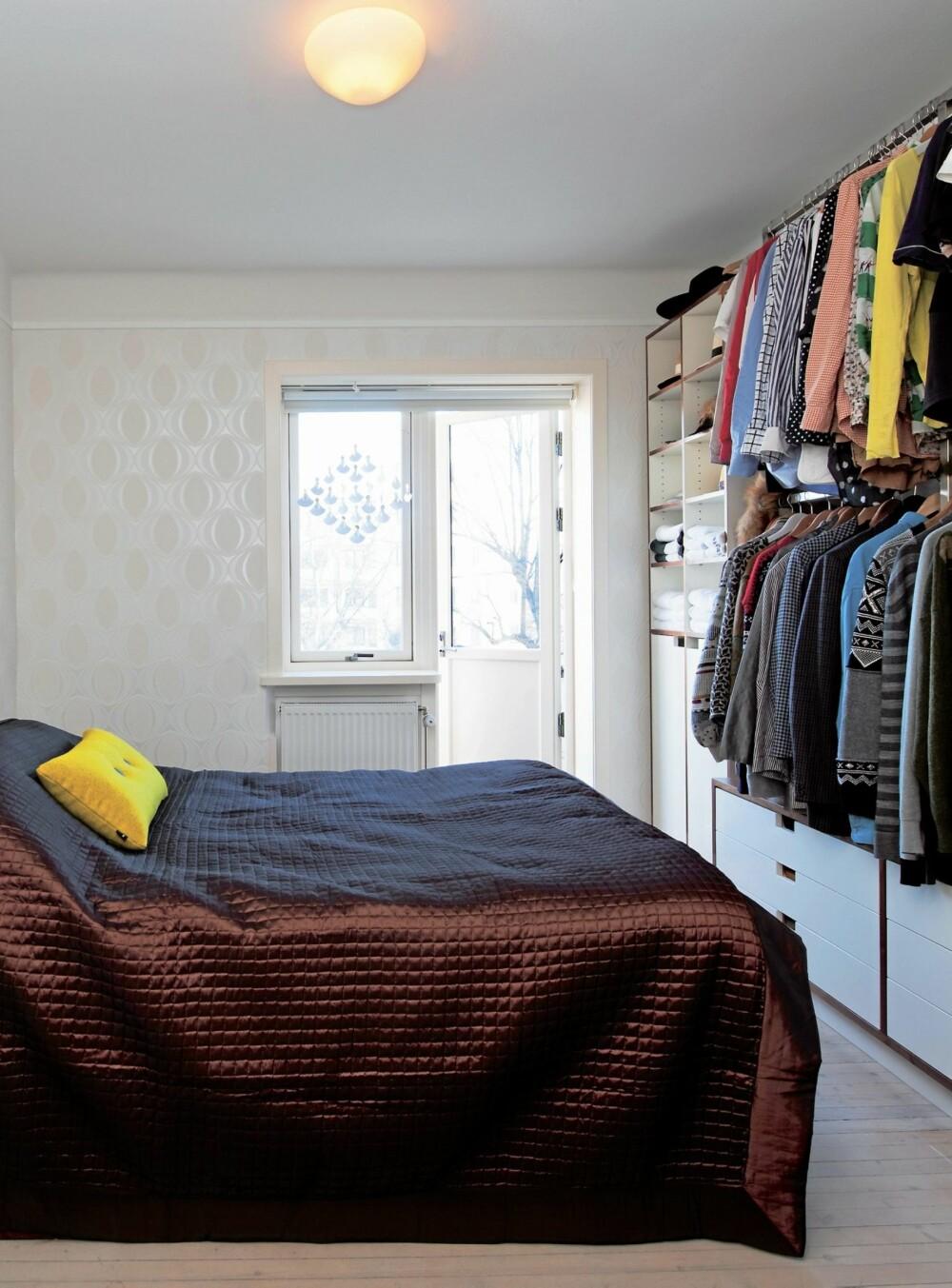 SKJULEFUNKSJON.  Til daglig skjules de dype skuffene av et sengeteppe fra Illums, designet av Mette Ditmar. Sirlig gul pute Dot Steelcut, fra Hay, lyser opp. Beboerne er opptatt av kunst, men ville ha rolige vegger på soverommet. Engleuroen «Englekor 25» har fått plass i vinduet.