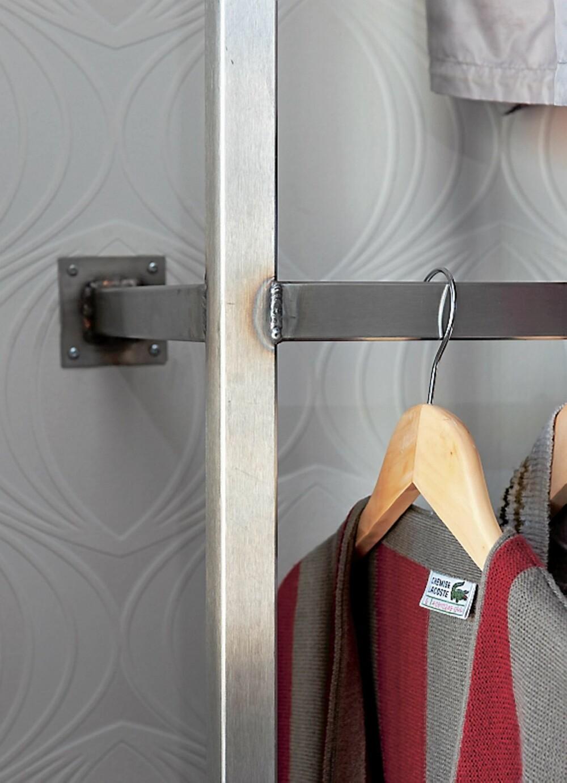 STÅLSATT. Stengenen i den åpne delen av garderoben er i solid stål. Sveisesømmene og festepunktene er en del av det røffe designet. De er tegnet og bygget av møbelsnekker Jana Toneff, Jana Snekkerverksted.