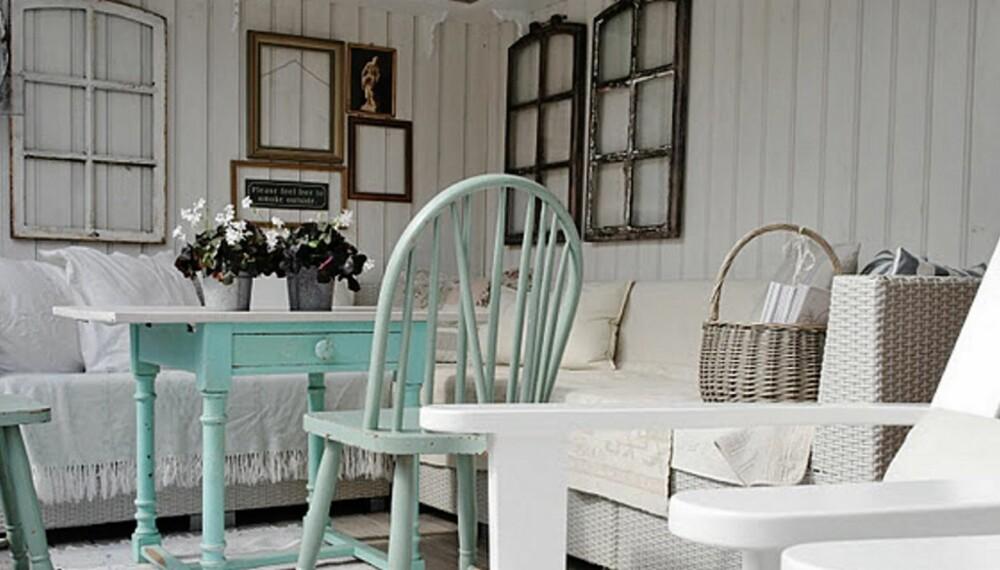 UTESTUE: På terrassen har Maria brukt gamle vindus-sprosser som veggdekorasjon, og en dæsj av pastellfarger.