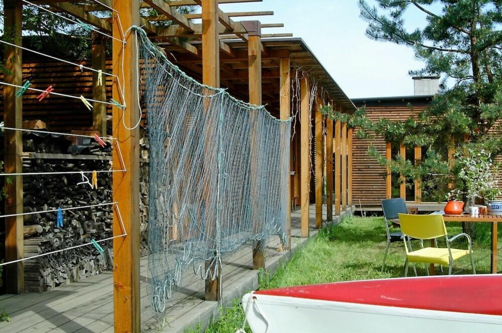ET ALLSIDIG HUS: Den tyve meter lange svalgangen kan blant annet brukes til tørking av garn.