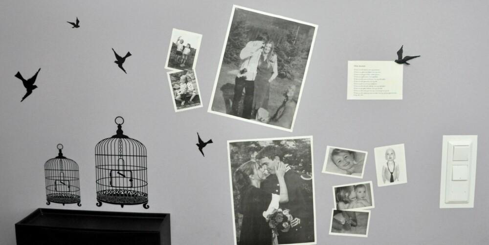 VEGGPRYD: De gråmalte veggene blir både spennende og interessante ved hjelp av wallstickers og svarthvitt-bilder.
