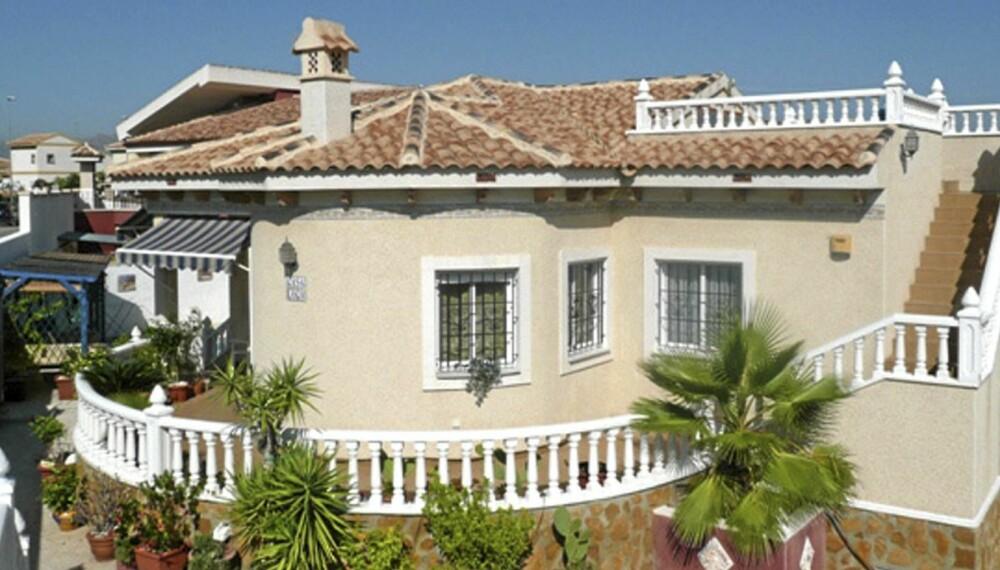 TIL SALGS: Hus i Spania og Hellas har gått mye ned i pris de siste årene. Denne boligen i landsbyen Bigastro cirka ti minutters kjøring fra Torrevieja med tre soverom, to bad, terrasse, hage og privat svømmebasseng koster 1.435.000 norske kroner.