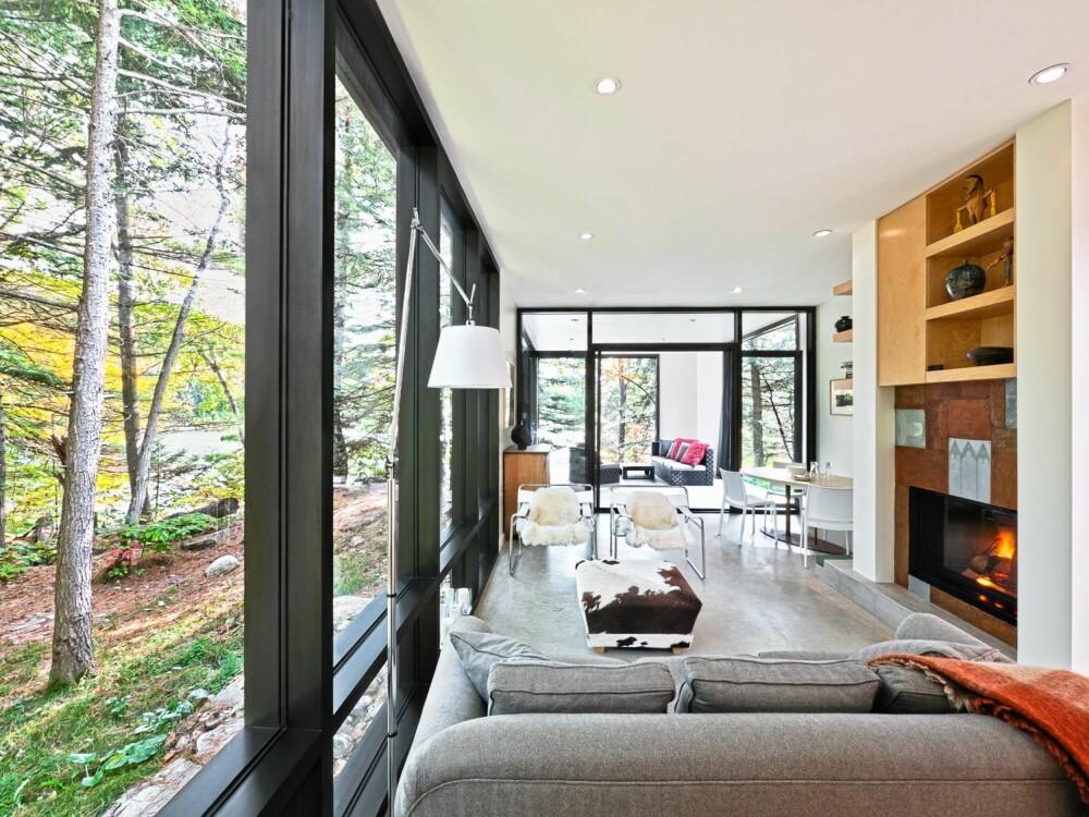 STRAMT INTERIØR: Hytteeierne har selv innredet hytta med stilrene og moderne møbler.