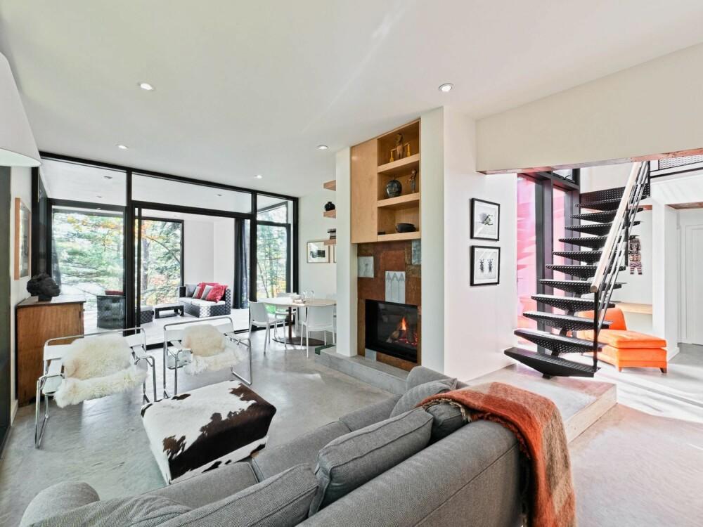 PEISKOS: Peisen i stuen gir også god varme på kalde vinterdager. Det ovale spisebordet har arkitekten laget til familien.