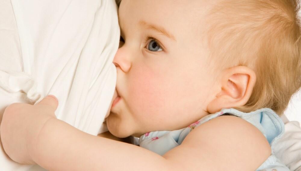 SÅ LENGE BØR DU AMME: Kun to prosent av norske mødre fullammer til babyen er 6 måneder. Mange starter å gi spedbarn mat så snart spedbarnet har passert 4 måneder.