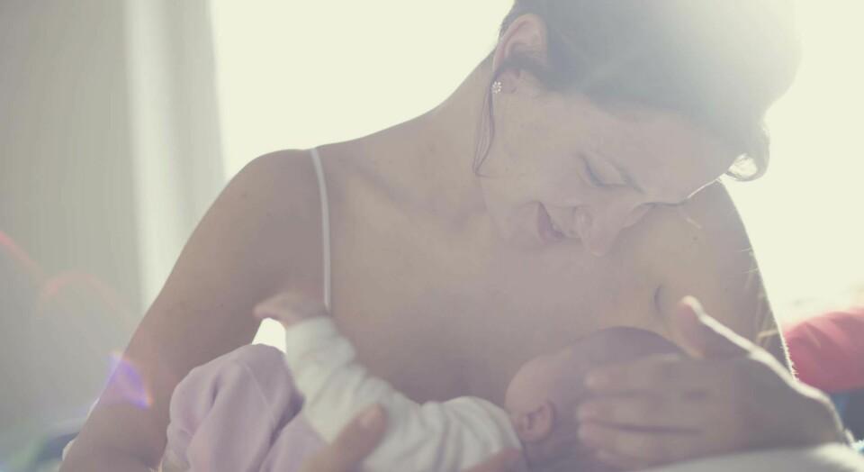 BABY VIL IKKE AMME: Det er ikke uvanlig med urolige babyer på kvelden, og heller ikke at de trenger litt hjelp til å få riktig sugeteknikk på brystet. FOTO: Getty Images.