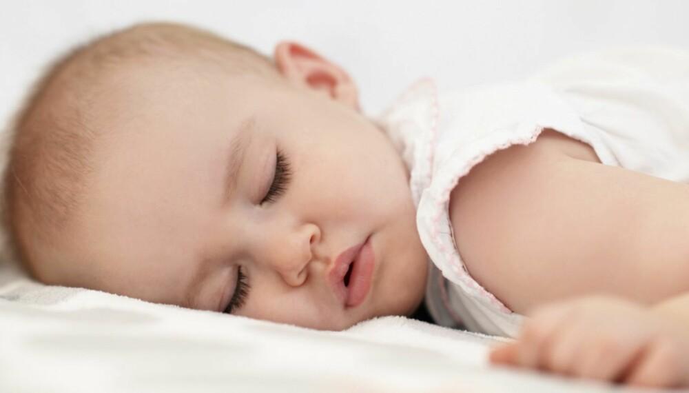 BABY SOM SOVER PÅ MAGEN: Babyer som sover på magen eller på siden er trolig mer utsatt for krybbedød.