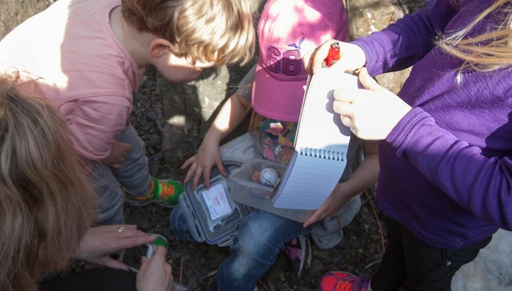 SKATTEN ER VÅR: Boksen inneholder en loggbok som alle skriver navnet sitt i og små ting som barna kan bytte til seg. Leonora tok en liten ring, og la igjen et armbånd.