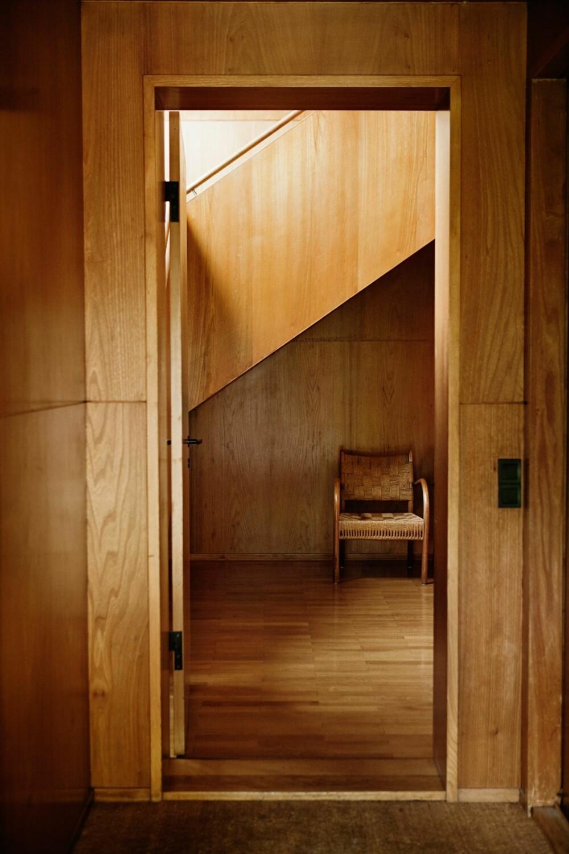 TON-I-TON: Stolen under trappen er tegnet av den danske arkitekten Fritz Schlegel.