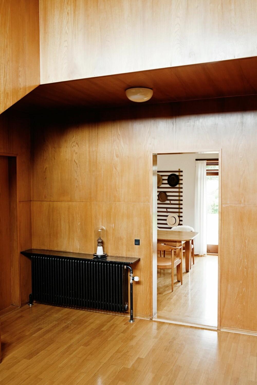 MODERNE IGJEN: Omsorgsfulle detaljer er tegnet inn overalt i huset. Slik som marmorplaten som hviler på toppen av alle radiatorene. Vintage glassklokke av Anne Jørgensen.