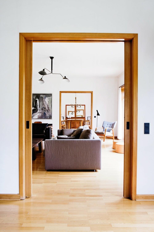 ROM PÅ ROM: Huset er 320 kvm stort, hvilket gjør det mulig å legge stuene i rad og rekke helt uten å tenke på plassen. Sofaen heter Magnum og er fra FlexForm. Lampen i taket er en klassiker fra den franske industridesigneren Serge Mouille. De to lærpuffene er laget av Ivan Schlechter