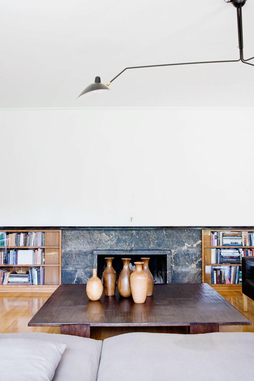 STILRENT: Sofabordet er laget hos Wyeth i mørkbeiset bambus. Vasene er kjøpt på en ferie i Thailand. Peisen og bokskapene er tegnet og bygget til rommet og er en del av det originale interiøret.